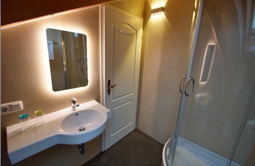 badezimmer im schnes badezimmer im dachschrge avec dachboden ausbauen et schones badezimmer im. Black Bedroom Furniture Sets. Home Design Ideas